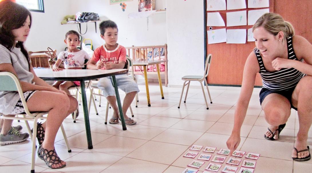 スペインの幼稚園での基礎英語教育に取り組むチャイルドケアボランティア